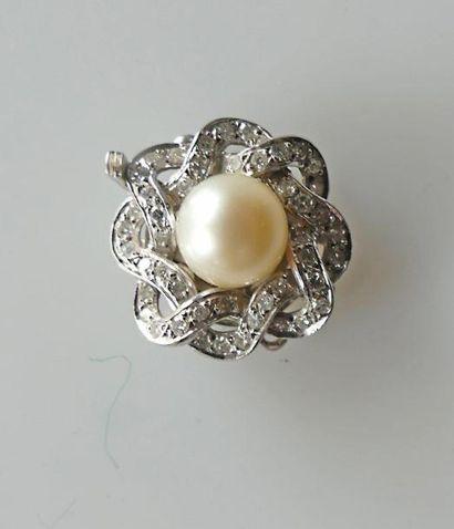 FERMOIR de collier trois rangs en or gris,...