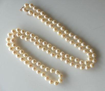 Long SAUTOIR formé de perles de culture....