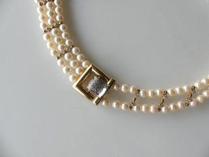 TOUR de COU formé de trois rangs de perles...