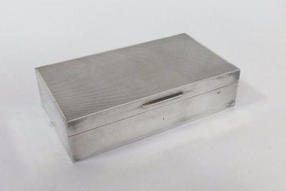 BOÎTE en métal argenté guilloché, l'intérieur...