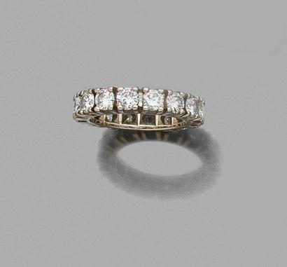 ALLIANCE américaine en or gris sertie de seize diamants. Poids brut 6,2 g. Calibre...