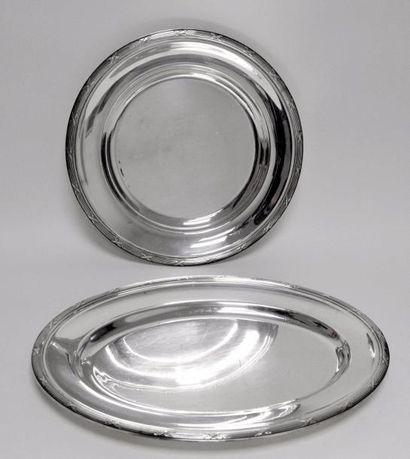 CHRISTOFLE. Paire de PLATS en métal argenté,...