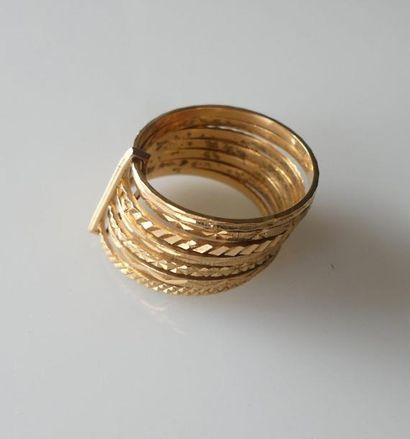 BAGUE semaine or jaune, chaque anneau guilloché...