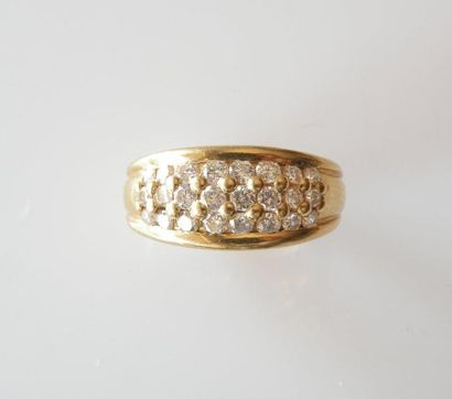 ANNEAU en or jaune serti de diamants. Poids...