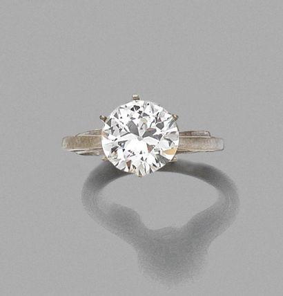 BAGUE en or gris ornée d'un diamant monté...