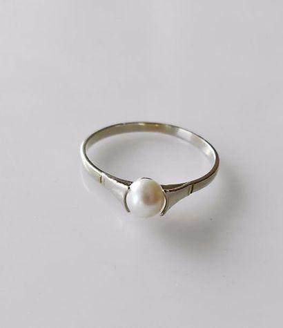 Fine BAGUE en or blanc sertie d'une perle....