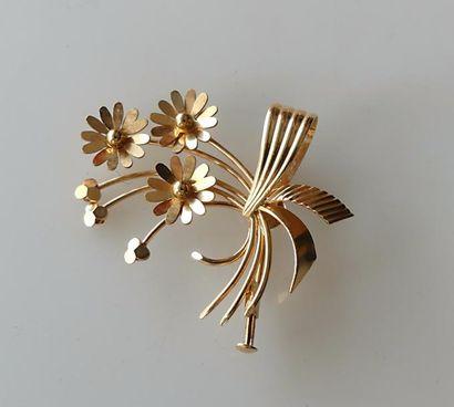 BROCHE en or jaune à décor de bouquet de...