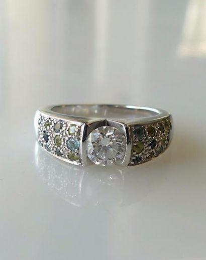 BAGUE en or gris, ornée d'un diamant, la...