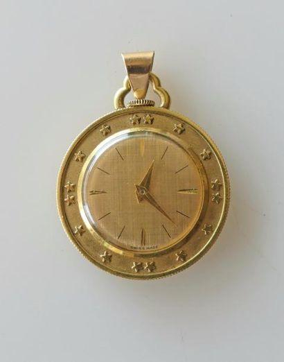 MONTRE en pendentif en métal doré, le boitier...