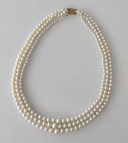 COLLIER de trois rangs de perles de culture...