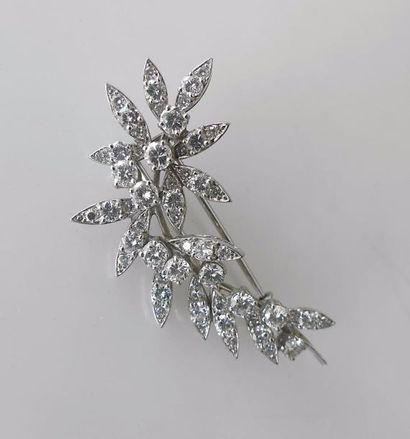 BROCHE en or gris sertie de diamants, formant...