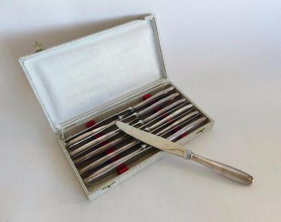 *Douze COUTEAUX de TABLE en métal argenté,...