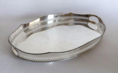 PLATEAU ovale en métal argenté, à galerie...