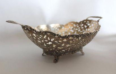 CORBEILLE en métal argenté à décor guilloché...