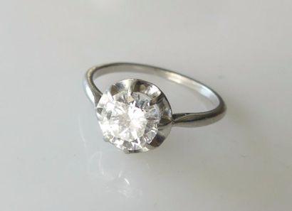 BAGUE en or gris, ornée d'un diamant serti...