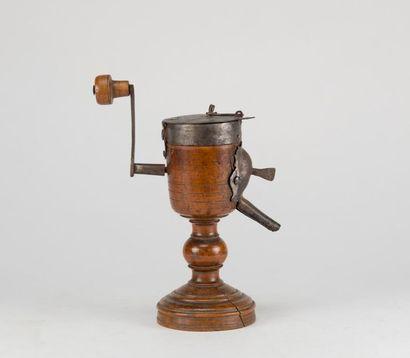 Moulin à café (?) en buis tourné et fer forgé....