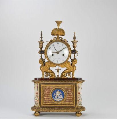 Pendule en bronze ciselé et doré et marbre....