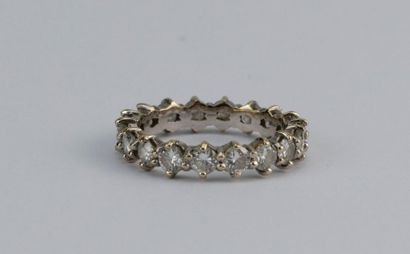 Alliance américaine en or gris (18K) et diamants...