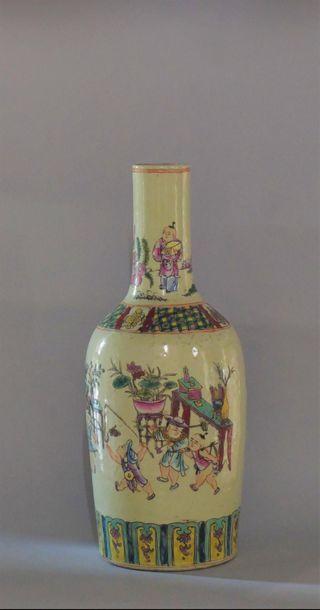 Chine, XXème siècle. Vase en porcelaine polychrome....