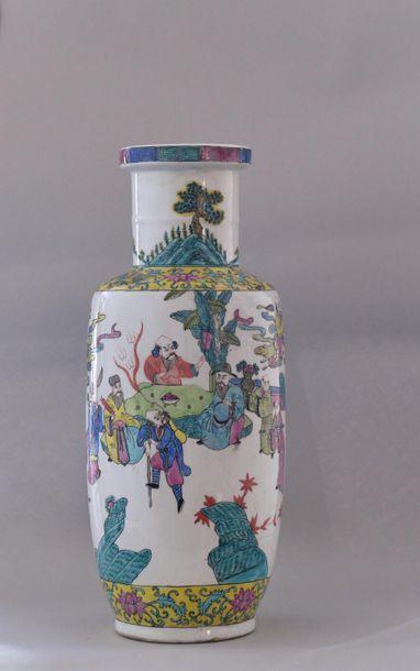 Chine, XXème siècle.Vase rouleau en porcelaine...