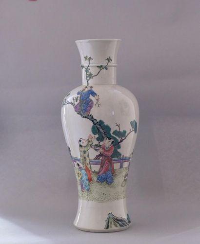 Chine, XXème siècle.Vase balustre en porcelaine...