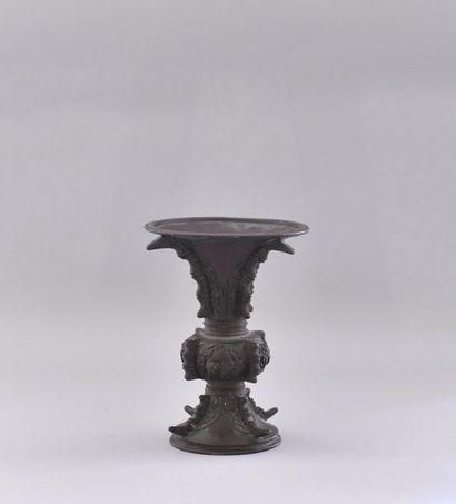 Japon, début du XXème siècle Vase en bronze.La...