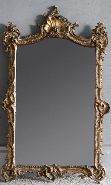Miroir à encadrement en bois stuqué et doré...
