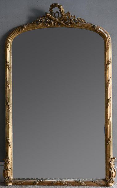 Important miroir le cadre en bois stuqué...