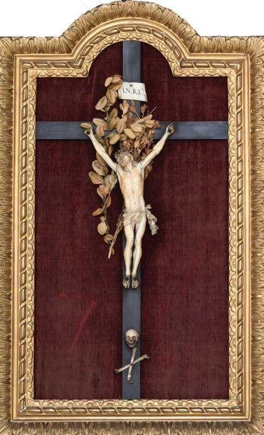Tableau crucifix, le Christ en ivoire sculpté,...