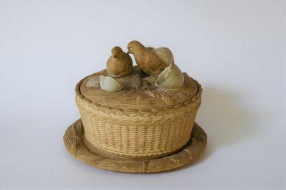 *Boîte à œufs en céramique, partiellement...