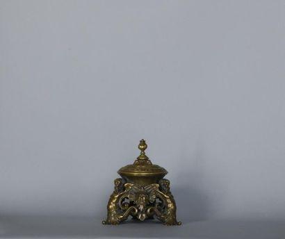 Encrier en bronze ajouré de décor de chimères,...