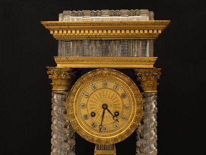Rare pendule portique en cristal et bronze...