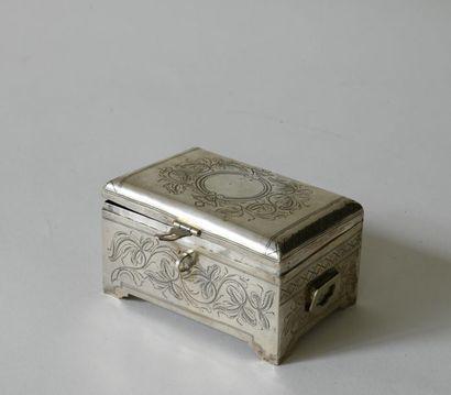 Russie. Boîte en forme de petit coffre, en...