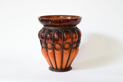SCHNEIDER. Vase en verre ambré et tacheté,...