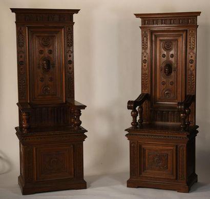 Paire de cathèdres en bois sculpté à décor...
