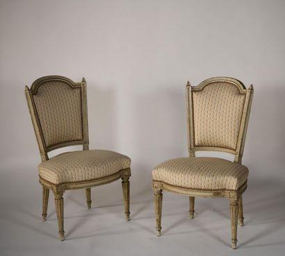 Paire de chaises en bois laqué crème à dossier...