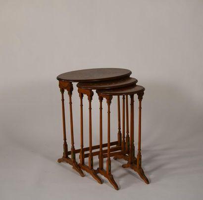 Table gigogne ovale en bois peint et vernis...