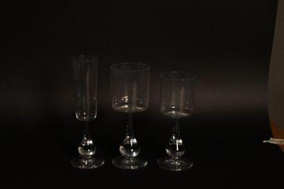 Baccarat. Service de verre en cristal le pied bulbe, marqués au tampon sous la base,...