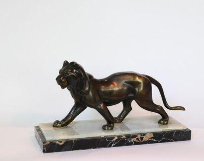 J. Rochard (XXe). Lion, épreuve en bronze à patine brune, le socle en albâtre et...