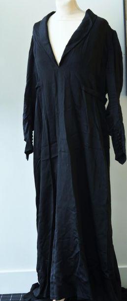 Lot comprenant une robe du soir à traine...