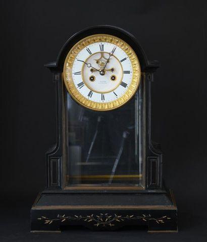Pendule borne en marbre noir, le cadran émaillé...