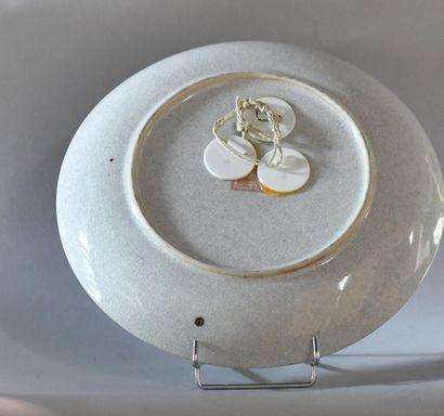 Chine, XXème siècle. Plat en porcelaine polychrome à décor d'oiseaux perchés sur...