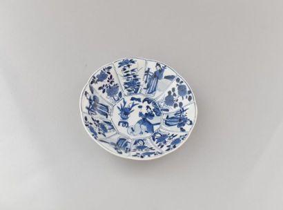 Chine XVIIe. Coupe en porcelaine bleu blanc...