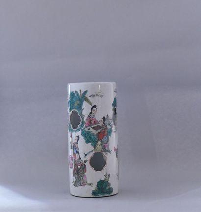 Chine, XXème siècle. Vase cylindrique en porcelaine polychrome à décor ajouré de...
