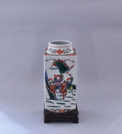 Chine, XXème siècle. Vase en porcelaine polychrome...