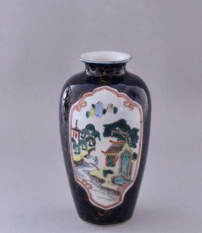 Chine, XXème siècle. Petit vase en porcelaine...