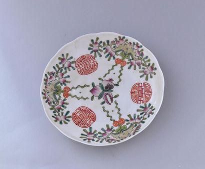 Chine, XXème siècle. Assiette en porcelaine...
