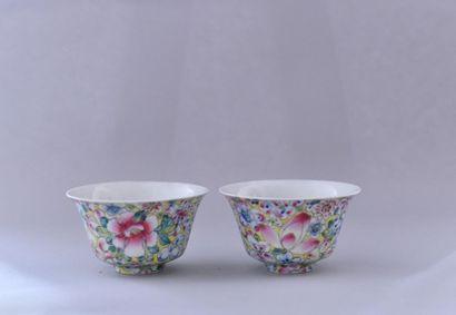 Chine, XXème siècle. Paire de coupes en porcelaine...