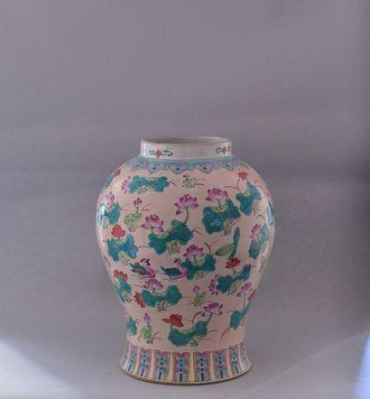 Chine, XXème siècle Vase en porcelaine polychrome...