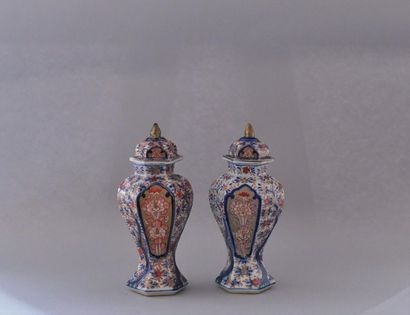Japon, XXème siècle. Paire de petits vases...